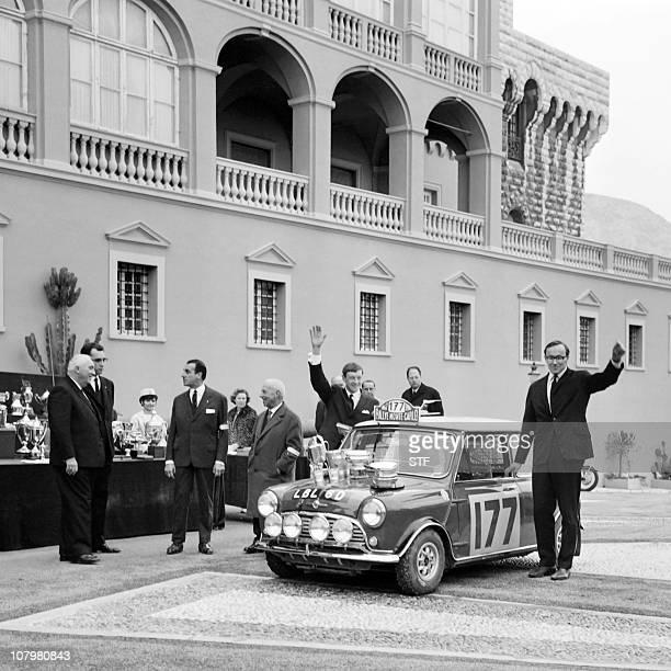 Le Finlandais Rauno Aaltonen et son coéquipier le britannique Henry Liddon salue près de leur Austin après avoir reçu le trophée qui récompense les...