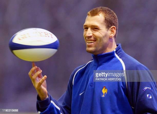 le flancker montferrandais Olivier Magne s'amuse avec le ballon le 25 février 2002 à Clairefontaine lors d'une séance d'entraînement du XV de France...