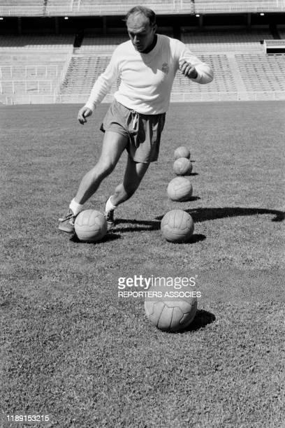 Le footballeur espagnol Alfredo Di Stéfano lors d'un entraînement dans le stade du Real Madrid en septembre 1963, Espagne.
