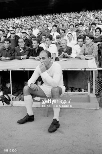 Le footballeur espagnol Alfredo Di Stéfano lors d'un match du Real de Madrid en septembre 1963, Espagne.