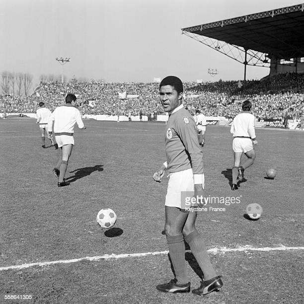 Le footballeur Eusébio pendant le match AjaxAmsterdam Benfica pendant la coupe d'Europe de football à Colombes France le 5 mars 1969
