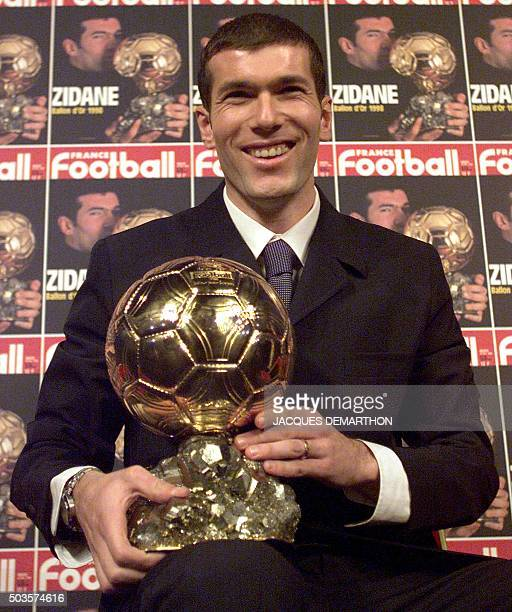 le footballeur français Zinedine Zidane pose avec le trophée du Ballon d'or qu'il vient de recevoir le 21 décembre dans les locaux de France...