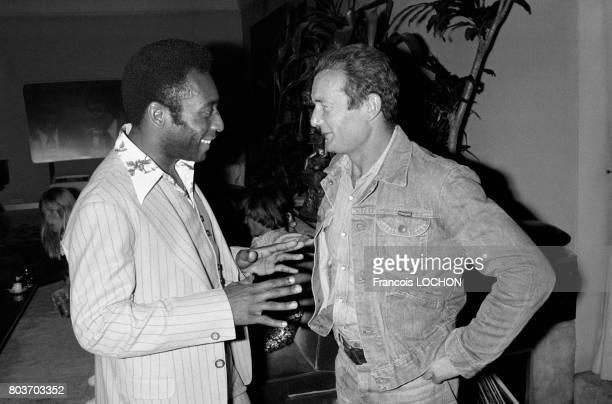 Le footballeur Pelé rencontre le navigateur Eric Tabarly lors d'une émission de télévision en septembre 1976 à Paris France