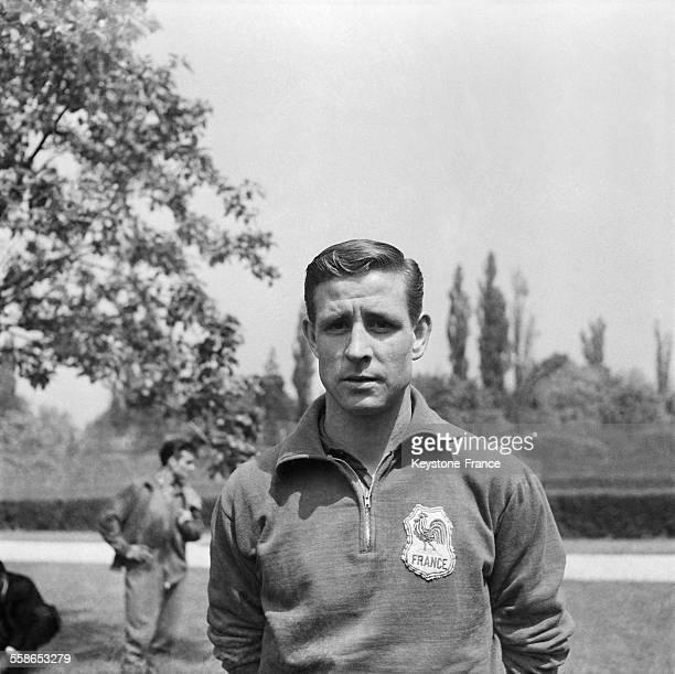 Le footballeur Raymond Kopa, portant l'écusson représentant le coq de l'Equipe de France, à Rueil-Malmaison, France, le 13 mai 1958.