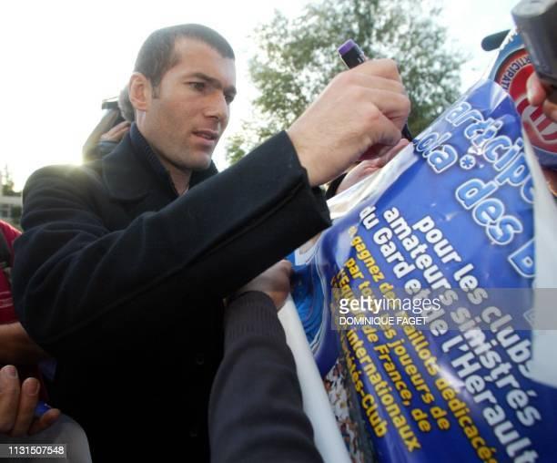 le footballeur Zinedine Zidane signe des autographes le 04 novembre 2002 à son arrivé à Nîmes avant de participer avec l'équipe championne du Monde...