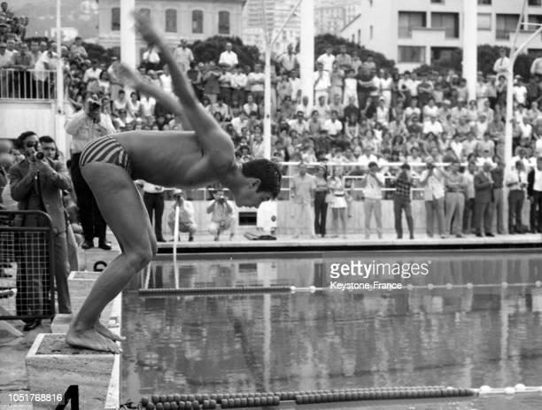 Le Français Alain Mosconi plonge lors des 800 m nage libre en France le 6 juillet 1967