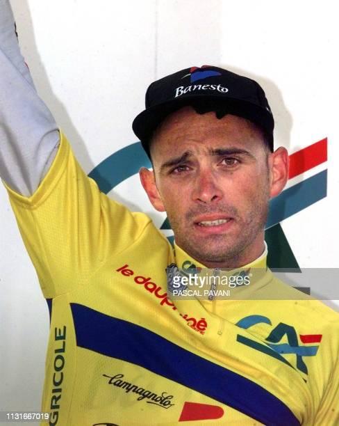 le français Armand de Las Cuevas lève le bras de la victoire sur le podium le 14 juin à Megève après avoir remporté la première place au classement...
