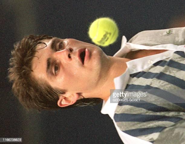 Le français Arnaud Boetsch, battu en quart de finale du tournoi Open 13 par le suédois Mikael Tillstrom sur le score de 4-6,6-0,7-6, regarde passer...