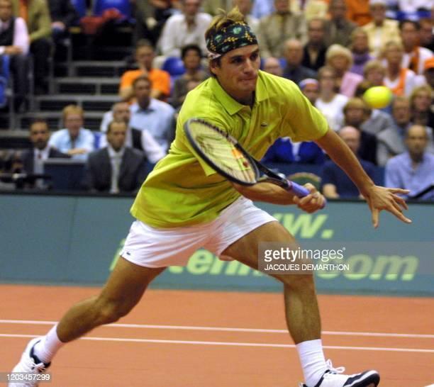 le Français Arnaud Clément monte au filet le 21 septembre 2001 à Rotterdam au cours de son match l'opposant aux Néerlandais Raemon Sluiter et...