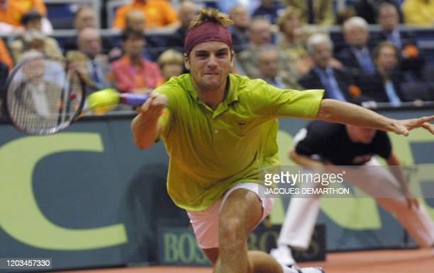 le Français Arnaud Clément reprend un service du Néerlandais Sjeng Schalken le 23 septembre 2001 au palais des sports Ahoy de Rotterdam lors du...