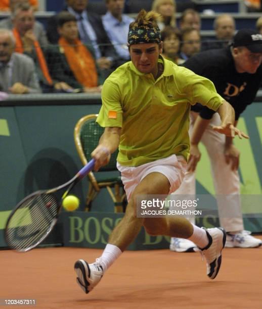 le Français Arnaud Clément reprend une balle basse du Néerlandais Raemon Sluiter le 21 septembre 2001 à Rotterdam lors du premier simple de la...
