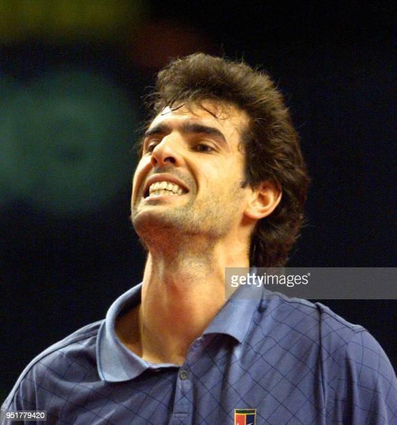 le Français Cédric Pioline grimace après un point perdu contre l'Américain Michael Chang le 05 novembre 1999 au Palais Omnisports de Bercy en quart...