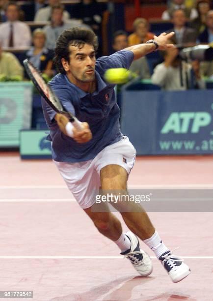 le Français Cédric Pioline se jette sur une balle de l'Américain Michael Chang le 05 novembre 1999 au Palais Omnisports de Bercy en quart de finale...