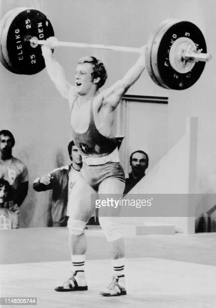Le Français Daniel Senet bat le 21 juillet 1976 aux Jeux Olympiques de Montréal son propre record de France à l'arraché avec 135 kilos Il remporte...