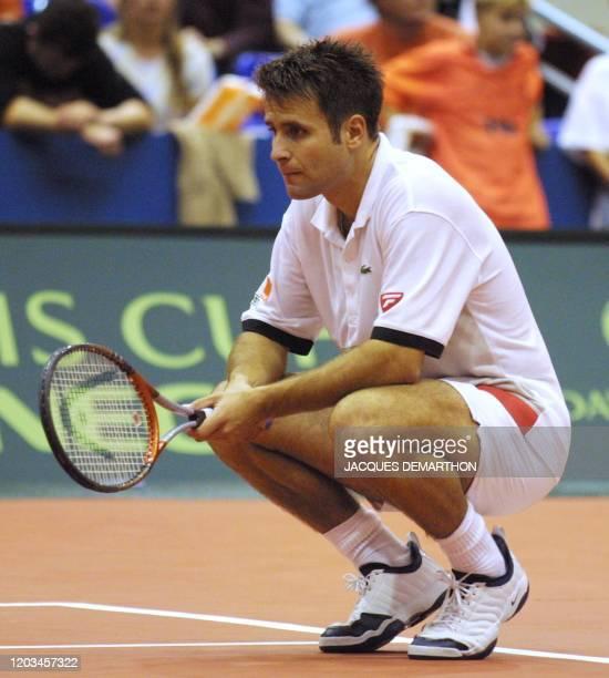 le Français Fabrice Santoro attend l'entrée en jeu de son adversaire néerlandais Jan Siemerink le 23 septembre 2001 au palais des sports Ahoy de...