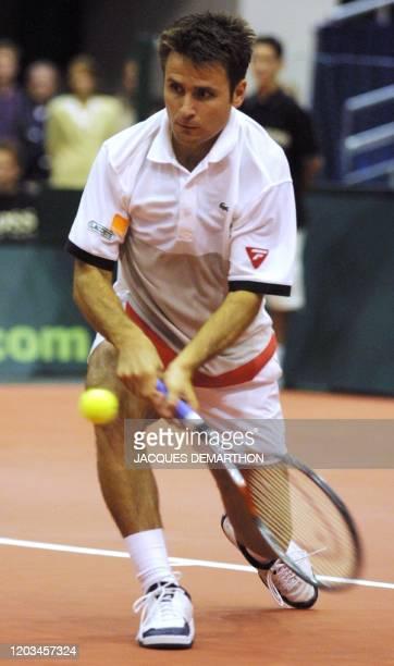 le Français Fabrice Santoro reprend une balle du Néerlandais Jan Siemerink le 23 septembre 2001 au palais des sports Ahoy de Rotterdam lors du...