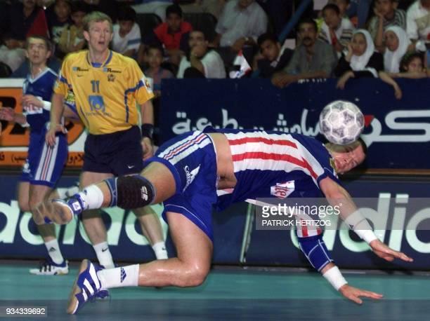 le Français Gueric Kervadec inscrit un but face au Suédois Pierre Thorsson le 06 juin 1999 au Moubarak hall de Port Saïd lors de la rencontre...