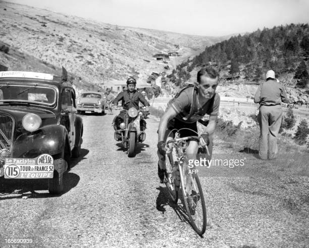 Le Français Jean Robic gravit le Mont Ventoux le 09 juillet 1952 lors de la 14ème étape du Tour de France entre AixenProvence et Avignon Robic...