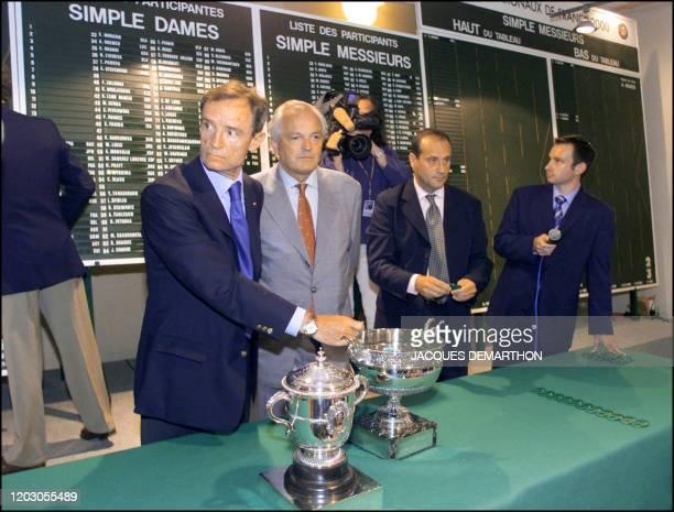 Le Français Jean-Claude Killy , ancien champion de ski et membre du C.I.O et Christian Bimes , président de la Fédération Française de Tennis, tirent...