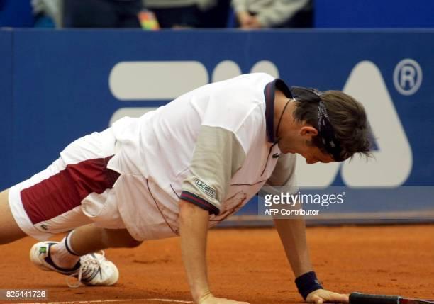le Français Jerôme Golmard se relève d'une chute le 16 avril 2001 à Monaco lors du match qui l'oppose à son compatriote Arnaud Clément pour le 1er...