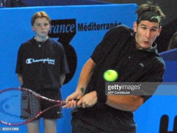 le Français Jérôme Golmard adresse un coup droit au Russe Evgeni Kafelnikov le 14 février 2001 au Palais des sports de Marseille lors de la 3e...