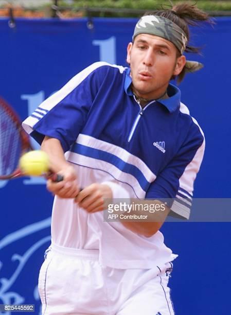 le Français Jérôme Golmard effectue un revers face à l'Espagnol Carlos Moya le 23 avril 1999 à Monaco lors des quarts de finale du tournoi de tennis...