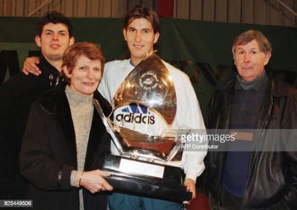 le Français Jérôme Golmard en compagnie de ses parents Liliane Roger et son frère Yannick pose pour les photographes le 15 février à l'ASPTT de Dijon...