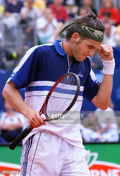 le Français Jérôme Golmard fait un geste de de satisfaction le 23 avril 1999 à Monaco lors des quarts de finales du tournoi de tennis de MonteCarlo...