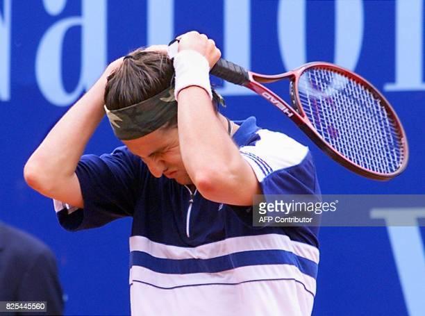 le Français Jérôme Golmard grimace le 23 avril 1999 à Monaco lors des quarts de finales du tournoi de tennis de MonteCarlo face à l'Espagnol Carlos...
