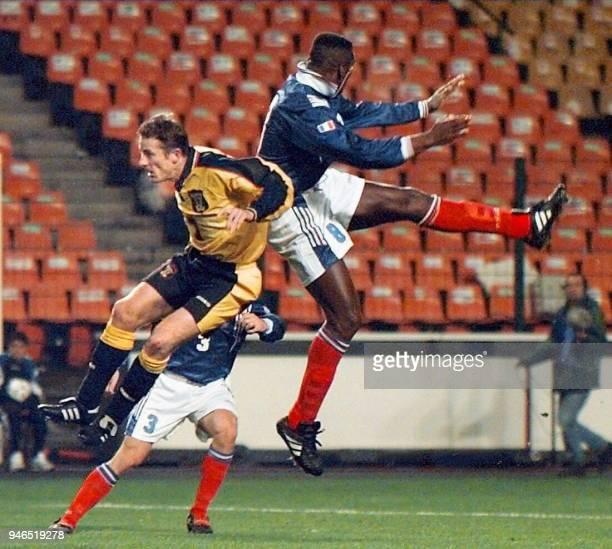 le Français Marcel Desailly et l'Ecossais Durie Gordon sautent pour une balle le 12 novembre à SaintEtienne lors de la rencontre amicale de football...