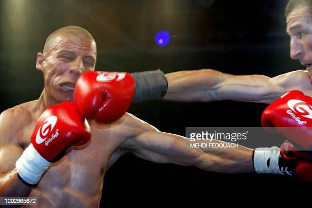Le Français Mustapha Bouzid affronte son compatriote Hamid Bouhenbel, le 19 juin 2003 à Levallois-Perret, lors d'un combat international des poids...