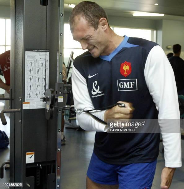le Français Olivier Brouzet effectue un exercice en salle de musculation le 24 septembre 2003 lors d'un entraînement du XV de France au Centre...