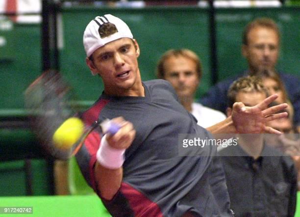 le Français PaulHenri Mathieu effectue un coup droit face au Suédois Jonas Bjorkman qu'il bat en 2 sets 75 64 le 11 octobre 2002 à Lyon lors du Grand...