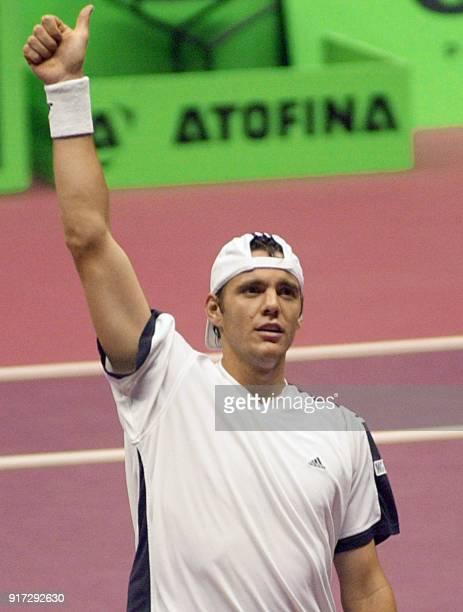 le Français PaulHenri Mathieu jubile après avoir battu le Danois Kristian Pless le 12 octobre 2002 au palais des sports de Gerland lors de la sixième...
