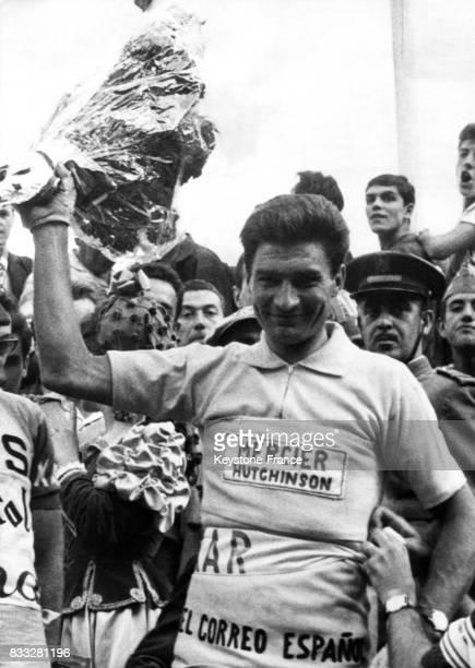 Le Français Poulidor vainqueur endosse le maillot jaune à son arrivée à Madrid Espagne le 16 mai 1964