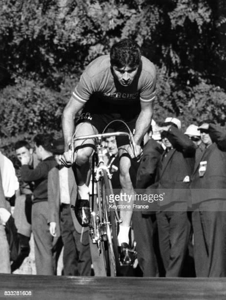 Le Français Raymond Poulidor en pleine action à Lugano Suisse le 13 octobre 1963