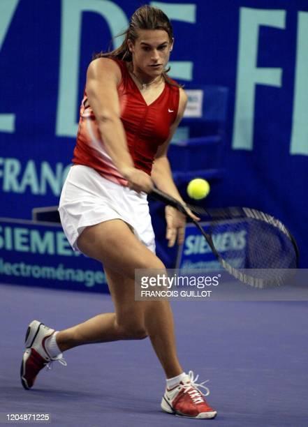 le Française Amélie Mauresmo effectue un revers avant de remporter le match face à la Russe Anna Kournikova en deux manches 63 75 le 06 février 2OO2...