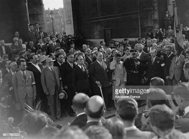 Le 'Front national' composé par les partis de droite réunis manifeste et le colonel de La Rocque chef des 'Croix de Feu' et leader des partis de...