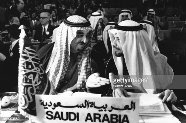 Le futur roi Fahd d'Arabie Saoudite alors ministre de l'Intérieur et le ministre saoudien du Pétrole Ahmed Zaki Yamani lors du sommet des chefs...