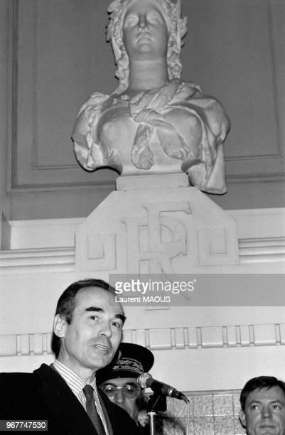 Le garde des Sceaux Robert Badinter à la Maison des avocats avec le buste de la République à l'arrièreplan le 29 novembre 1982 à Lyon France