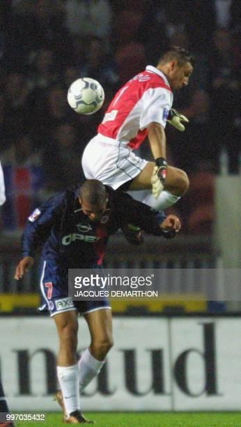 le gardien bastiais Penneteau saute pour une balle audessus de l'attaquant parisien Aloisio le 27 octobre 2001 au Parc des Princes à Paris lors de la...