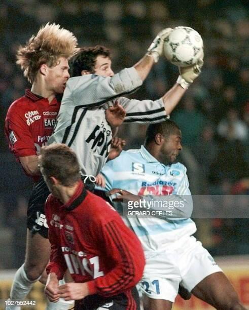 le gardien breton Ronald Thomas capte le ballon sous la pression de l'attaquant alsacien Pascal Nouma et la protection des arrières de Guingamp...