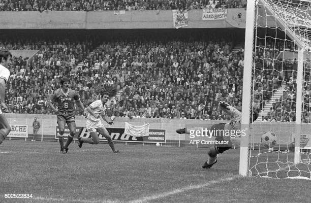 Le gardien de but bastiais Ilija Pantelic laisse passer le ballon sous les yeux de son coéquipier Georges Calmettes et de l'attaquant marseillais...
