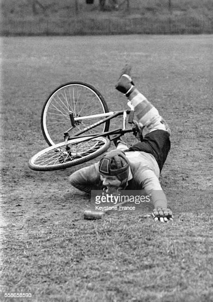 Le gardien de but de Arsenal, Tubby Hugo, tombe de son vélo alors qu'il tente de stopper la balle lors d'un match de polo à bicyclette au Selhurst...