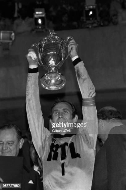 Le gardien de but de l'AS SaintEtienne Ivan urkovi bardit la coupe après la victoire en finale de la Coupe de France le 18 juin 1977 à Paris France