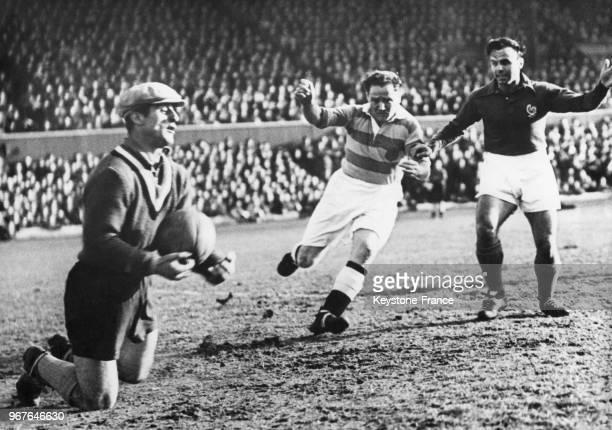 Le gardien de but français René Vignal bloque un ballon shooté par l'avant écossais Willie Thornton lors du match de football France Ecosse à Glasgow...
