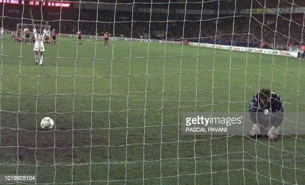 le gardien de but guingampais Angelo Hughes affiche sa déception apres le tir au but victorieux du nicois Gomis le 10 mai au Parc des princes lors de...