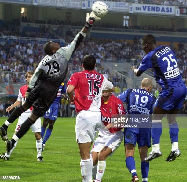 le gardien de but monégasque Tony Mario Sylva se détend pour stopper le ballon après que le milieu de terrain bastiais Mickael Essien a fait une tête...