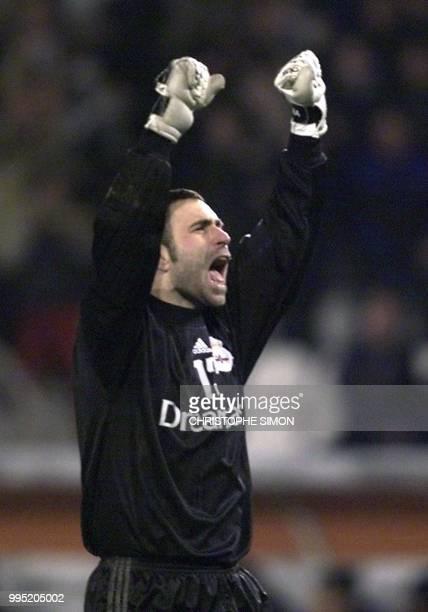 le gardien de La Corogne francisco Molina jubile après la victoire de sson équipe le 07 mars 2001 au stade de Riazor à La Corogne à l'issue de la...