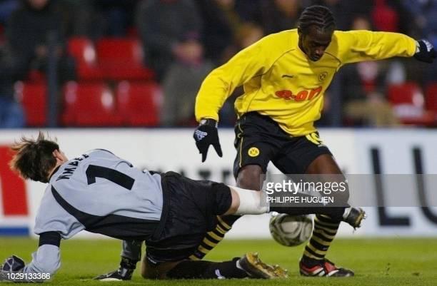 le gardien de Lille Guillaume Warmuz bloque l'attaque du joueur de Dortmund Okko Addo le 21 février 2002 au stade GrimonprésJooris de Lille lors du...